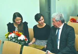 Cēsu 1. vidusskolas absolvents RTU rektors Leonīds Ribickis kopā ar kolēģēm no universitātes, arī cēsniecēm apsveicēju vidū.