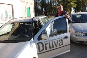 ZINA. Autovadītājs Eduards Kepinskis zina vēsturiskā Cēsu rajona ceļus, tādēļ žurnālistus konkrētajā vietā var nogādāt laikā.