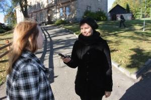 INTERVIJA. Korespondente Monika Sproģe intervē cilvēkus topošajam rakstam par Priekuļiem.