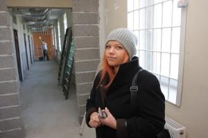AKTUALITĀTE. Korespondente Liene Lote Grizāne gatavo ziņu par izmaiņām īslaicīgās aizturēšanas kamerās policijā.