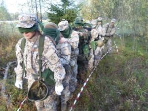 MEŽĀ. Nākamajā līmenī, apgūstot instruktora speciālista iemaņas, kursantiem trīs dienas nācās dzīvot nometnē mežā, veicot dažādus militāras vadības vingrinājumus, lai sajustos kā vienota komanda. Foto: NO ALBUMA