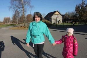 LĪGATNIETES. Zaiga Kvitka ar meitu Danu dodas uz bērnudārzu. Tur Danai daudz draugu un laiks aizskrien nemanot.