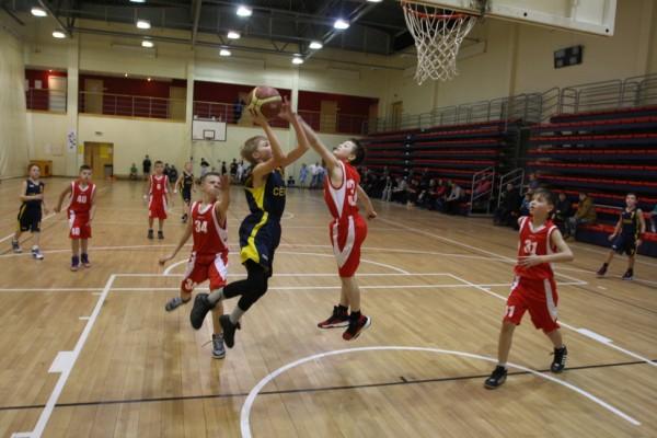 CĪŅA. Azartiskas, aizraujošas spēles notika visās vecuma grupās, arī visjaunākajās, kur godam cīnījās arī Cēsu Sporta skolas jaunie basketbolisti. Foto: MĀRIS BUHOLCS