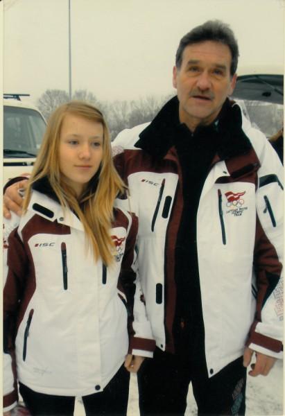 KOPĀ. Treneris Juris Stīpnieks kopā ar savu audzēkni Baibu Bendiku, pavadot viņu uz Jaunatnes ziemas olimpiādi Polijā 2009.gadā.