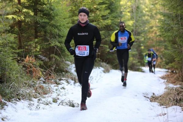 """PRETĪ FINIŠAM. Cēsu orientieriste Sandra Grosberga skriešanas seriālā """"Noskrien ziemu"""" īsajā distancē kopvērtējumā savā grupā ieņēma otro vietu. Pēdējā posmā distancē devās arī trīs Francijas skrējēji. Foto: NO ALBUMA"""