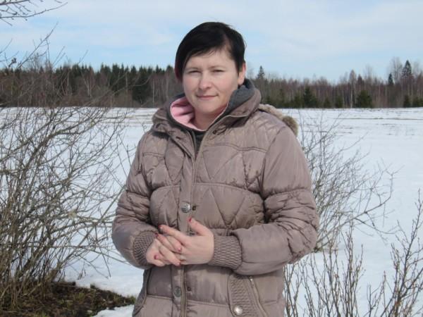 * PAR VESELĪBU JĀDOMĀ LAIKUS. Mārīte Jakovļeva ir masiere. Viņa bilst, ka arī rāpošana palīdz pret muguras sāpēm. Tas gan der tiem cilvēkiem, kuriem nav operēti ceļgali. FOTO: Liene Lote Grizāne