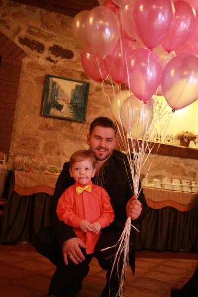 SVĒTKU REIZĒ. Līgatnē dažādu kultūras pasākumu netrūkst, daudzi arī ģimenēm ar bērniem. Ingus Korņejevs  ar vecāko dēlu Hugo svētku reizē. FOTO: no albuma