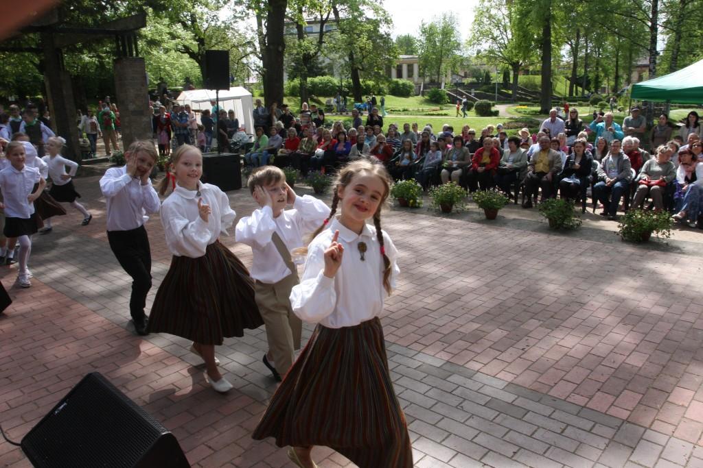 * PRIEKS VISIEM. Svētku koncertā mazie dejotāji priecēja savus vecākus un vecvecākus.