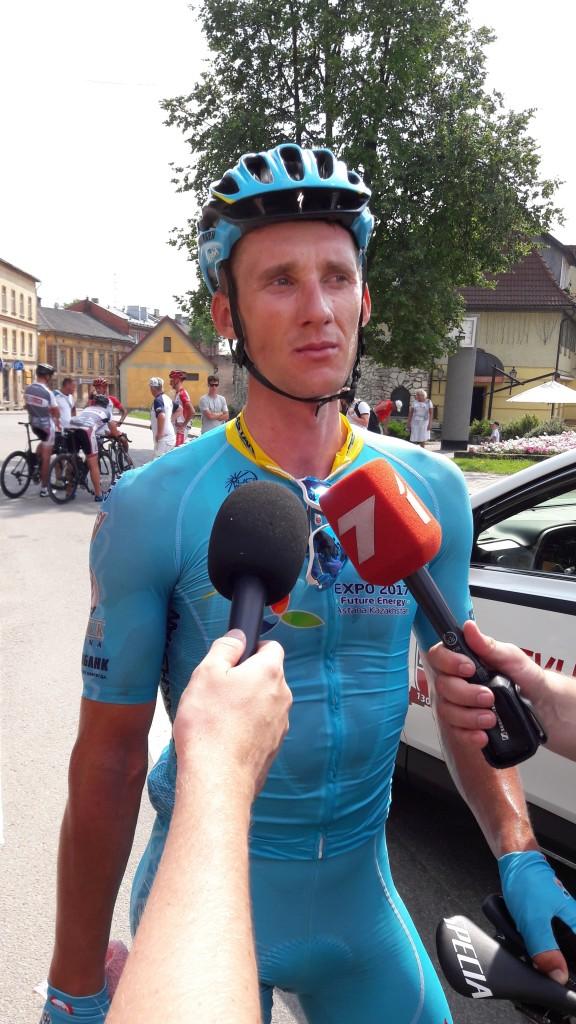 * PĒC FINIŠA. Pirmā Cēsu velo festivāla laikā notikušajā 2016. gada Latvijas čempionātā šosejas riteņbraukšanā elites vīru grupas braucienā uzvarēja smiltenietis Gatis Smukulis, kuram tūlīt pēc finiša nācās atbildēt uz žurnālistu jautājumiem. Foto: JĀNIS GABRĀNS