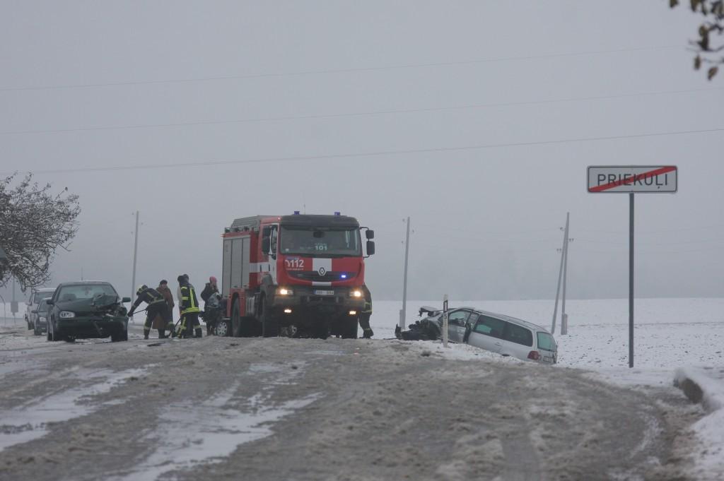 * SASKRIENAS VAIRĀKAS AUTOMAŠĪNAS. Baisa avārija šorīt notikusi pie Priekuļu laukaugu selekcijas institūta krustojuma. Priekuļu pagastā, autoceļa Cēsis - Vecpiebalga - Madona 2. kilometrā, notika vairāku vieglo automašīnu sadursme. Negadījuma rezultātā satiksme ceļa posmā no Cēsu apļa līdz selekcijas krustojumam bija bloķēta. Tā tika atjaunota ap plkst. 10:30. FOTO: Māris Buholcs