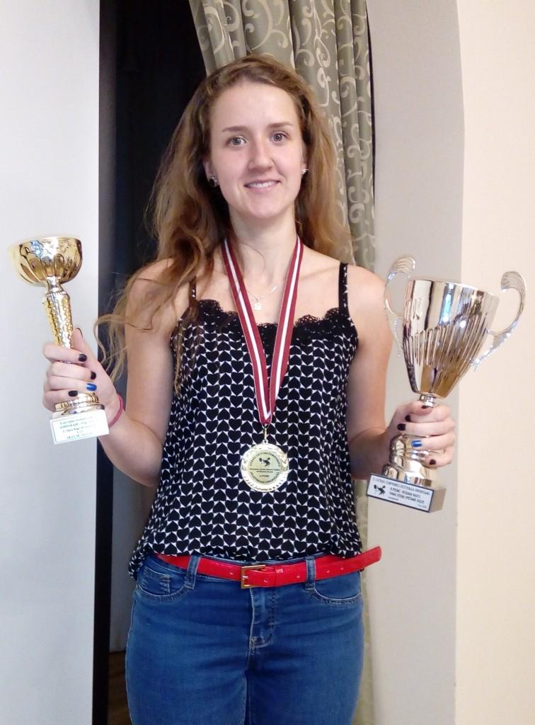 * UZVARĒTĀJA. Gita Hofmane no Pārgaujas novada ļoti veiksmīgi aizvadījusi Atlētiskās vingrošanas čempionātu, izcīnot uzvaru savā kategorijā gan pēdējā posmā, gan kopvērtējumā. FOTO: no albuma